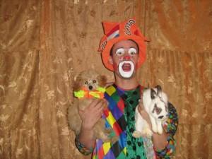 цирковой клоун с фокусами - фокусы с животными