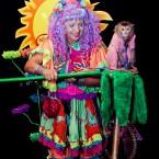 дрессированная обезьянка и клоунесса