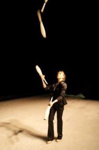 жонглер с булавами